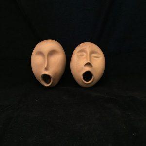 זוג פסלוני ראשים שרים מקרמיקה